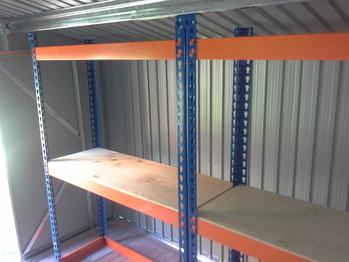 Установка стеллажей для хранения резины в металлическом сарае.